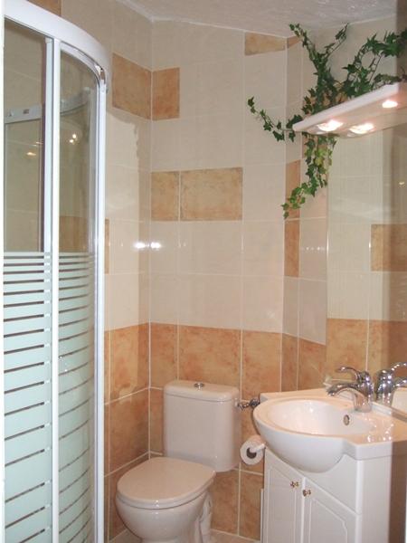 petite salle de bain dans la chambre du haut. Black Bedroom Furniture Sets. Home Design Ideas